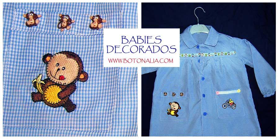 Babis decorados con pegatinas, cintas y botones