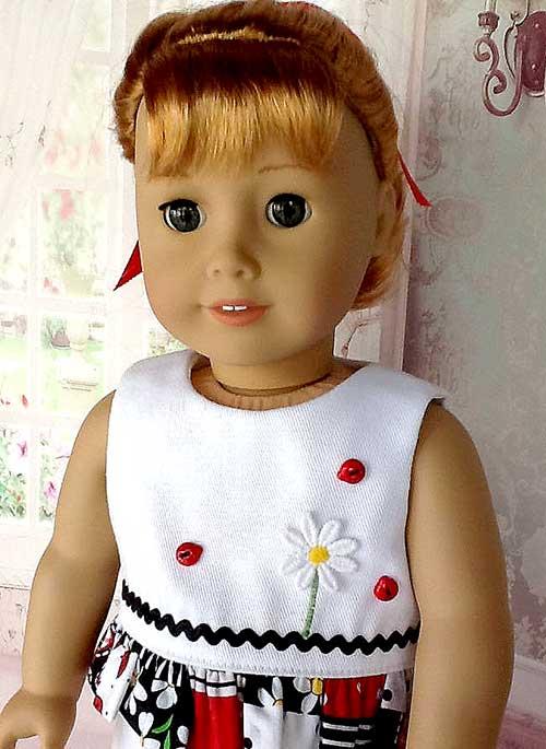 Vestido de muñeca decorado con botones en forma de mariquita