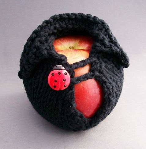 Funda para manzanas en punto de color negro con botón de mariquita