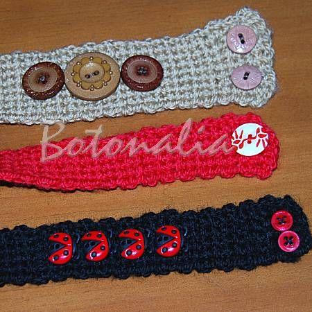 Pulseras de crochet con botones decorativos variados