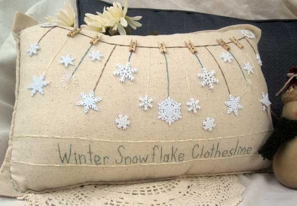 Pequeño cojín decorado con botones en forma de copo de nieve