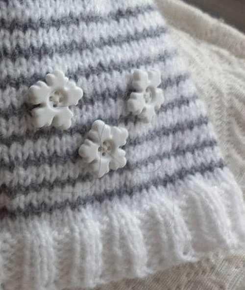 Gorrito infantil decorado con botones en forma de copo de nieve