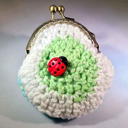 Monedero a ganchillo decorado con un botón de mariquita