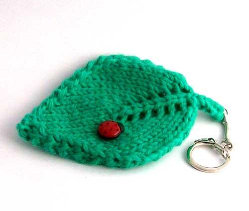 Llavero tejido en forma de hoja con adorno de botón de mariquita