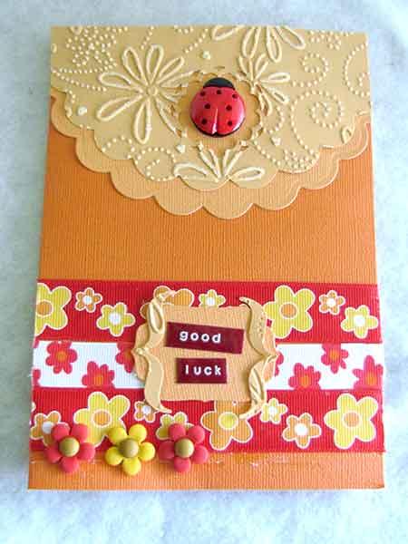 Tarjeta de felicitación con botones en forma de mariquita y flores