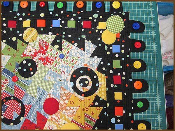 Colcha o quilt con muchos botones de colores vivos