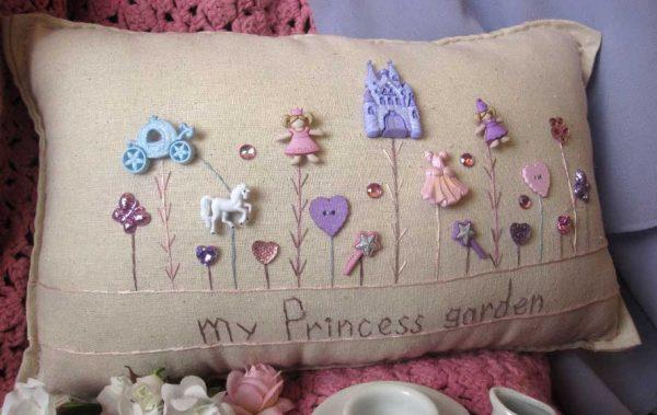 Cojín de fantasía con botones de princesas