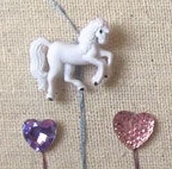 Detalle cojín con botón caballo blanco