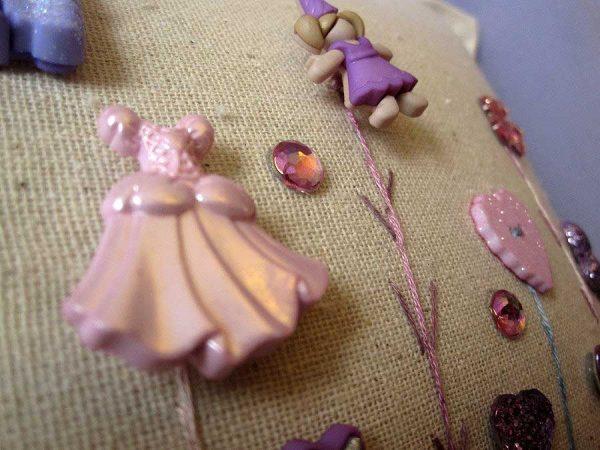 Detalle cojín con botones de princesas