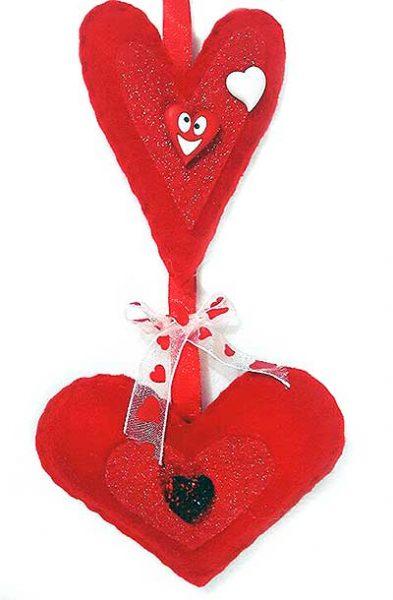 Decoración para San Valentín con botones y corazones de fieltro