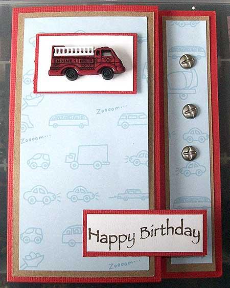 Tarjeta de cumpleaños con botón de camión de bomberos