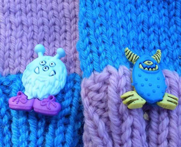 Botones con forma de monstruo decorando guantes infantiles