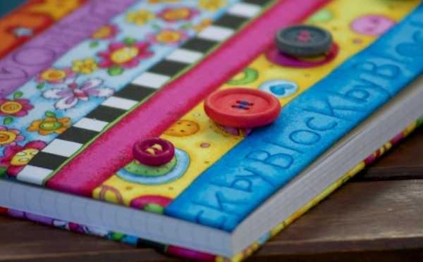 Botones cosidos a mano sobre libreta de tela con diseño patchwork