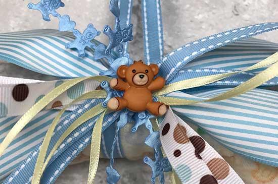 Botón con forma de osito decorando corona para niño