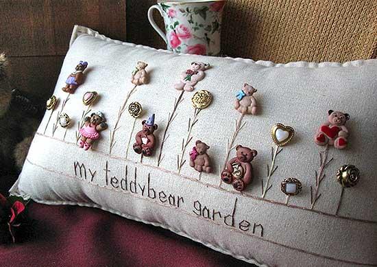Cojín decorativo con botones en forma de osito