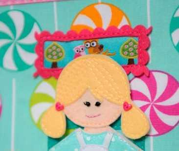 Casa de muñecas de tela con decoraciones de cintas y botones