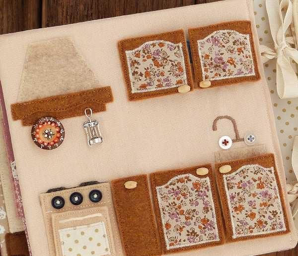 Cocina de casa de muñecas de tela con adornos variados