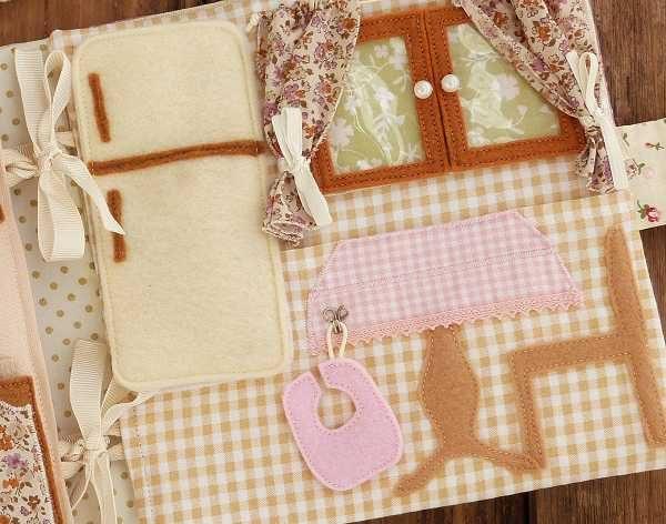 Detalle de cocina de casa de muñecas de tela