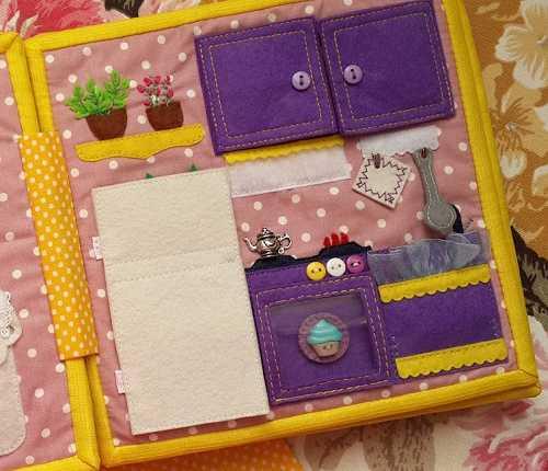 Cocina de libro de tela o silent book con botón y charm decorativos