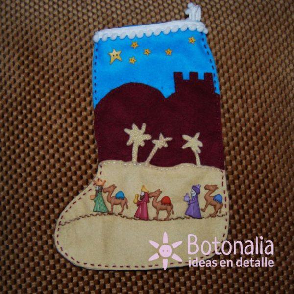 Calcetín navideño con los Reyes Magos caminando por el desierto