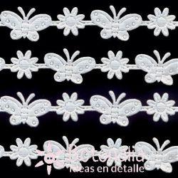 Cinta blanca flores y mariposas