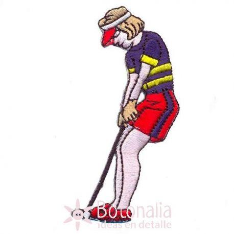 Mujer jugando al golf