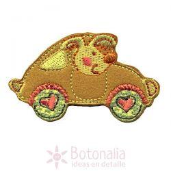 Mascota en automóvil con corazones