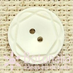 Button in white with a carved design 21 mm