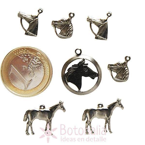 Adornos metálicos con forma de caballo.