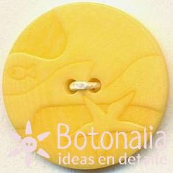 Classic round button with a carved nautical design in yellow 20 mm